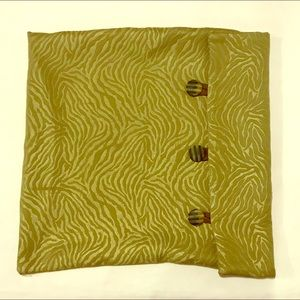 Buttoned square pillow case. Dimensions 17 x 16